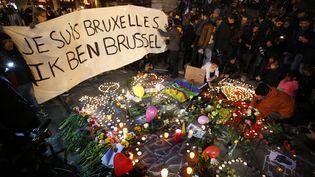 Des Bruxellois rendent hommage aux victimes des attentats de Bruxelles (Belgique), le 22 mars 2016. (CHARLES PLATIAU / REUTERS)