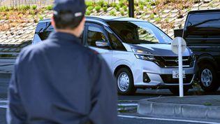 La voiture transportant Carlos Ghosn après son interpellation à son domicile, jeudi 4 avril 2019 à Tokyo (Japon). (TOSHIFUMI KITAMURA / AFP)