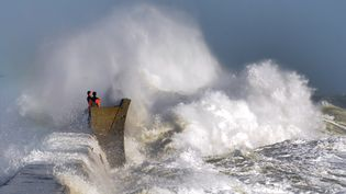D'énormes vagues se brisent sur la jetée à Plobannalec-Lesconil (Finistère), le 8 février 2016. (FRED TANNEAU / AFP)