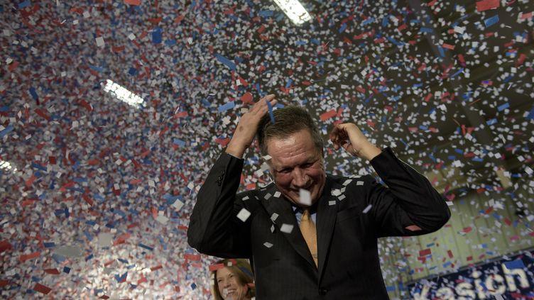 Le gouverneur John Kasich, candidat aux primaires républicaines, célèbre sa victoire dans l'Ohio à Berea (Etats-Unis), le 15 mars 2016. (BRENDAN SMIALOWSKI / AFP)