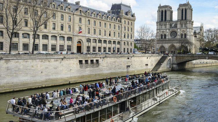 Les bateaux-mouches sur la Seine sont très prisés des touristes à Paris. (JEREMY LEMPIN / EPA)