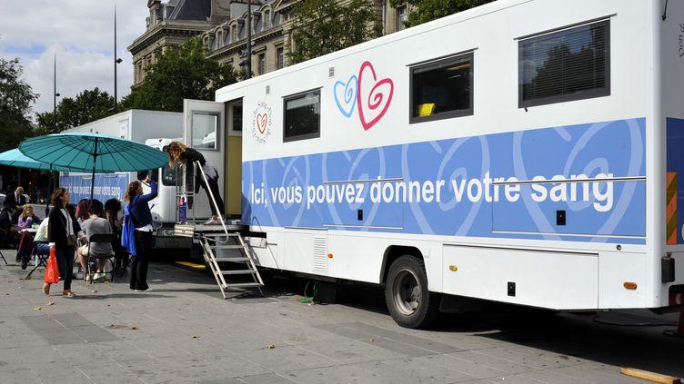 Un camion dudon du sang à Paris, le 20 novembre 2017. (SERGE ATTAL / ONLY FRANCE / AFP)