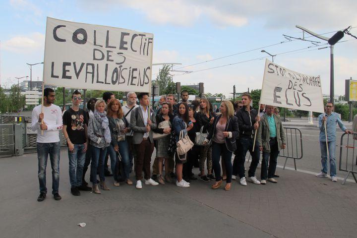 Des manifestants apportent leur soutien au député-maire de Levallois-Perret (Hauts-de-Seine) Patrick Balkany, mardi 9 juin 2015, devant le siège de France Télévisions, à Paris. (F. MAGNENOU / FRANCETV INFO)