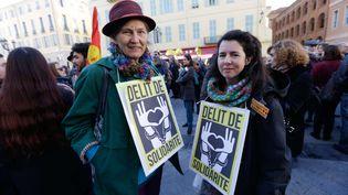 Des soutiens de Cédric Herrou, l'agriculteur français jugé par le tribunal de Nice pour avoir aidé des migrants, le 4 janvier 2017. (CLAUDE PARIS/AP/SIPA / AP)