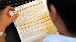 Un employé de la CPAM de Blois (Loir-et-Cher)saisit un avis d'arrêt de travail, le 29 juin 2009. ( MAXPPP)