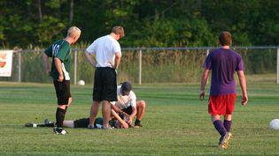 Un footballeur commotionné lors d'un match. (Illustration) (JPBCPA / E+ / GETTY IMAGES)