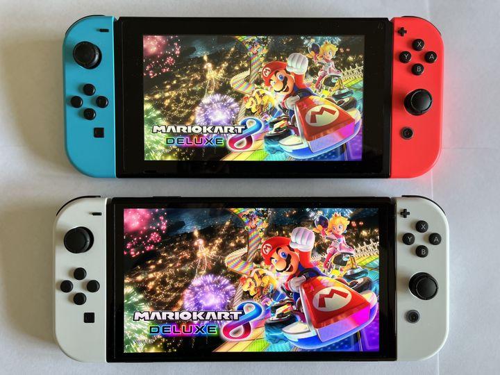 En haut, la Switch 2017, en bas, la Switch Oled : l'écran est passé de 6,2 à 7 pouces et les couleurs sont plus éclatantes. (Photo Anthony Jammot)