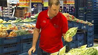 Un employé de grande surface trie des produits invendus. ( FRANCE 2)
