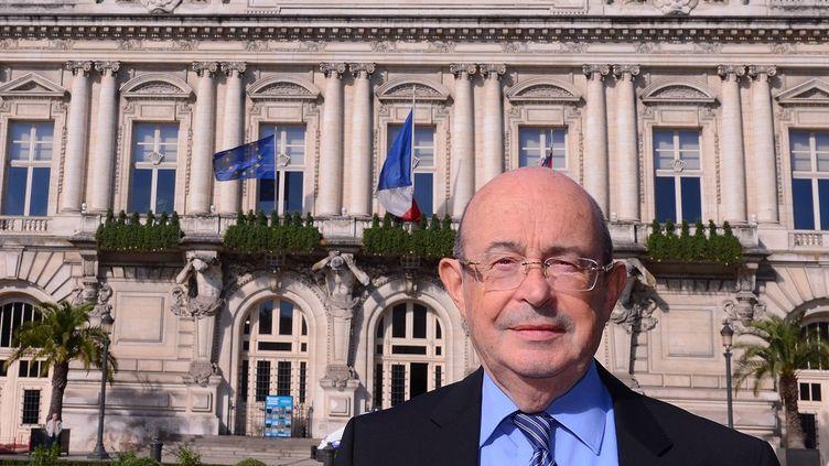 Jean Germain, alors maire de Tours, pose devant la mairie, le 18 octobre 2013, à Tours (Indre-et-Loire). (ALAIN JOCARD / AFP)