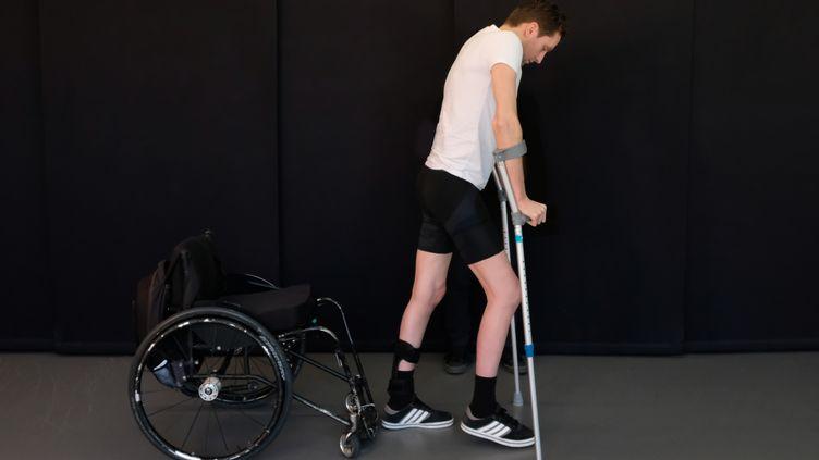 Un patient paraplégique effectuant des pas à l'Ecole polytechnique de Lausanne (Suisse), au printemps2018. (EPFL / AFP)