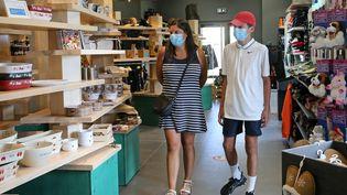 Des touristes visitent une boutique de souvenirs, le 19 juillet 2020, en Alsace. (MAXPPP)