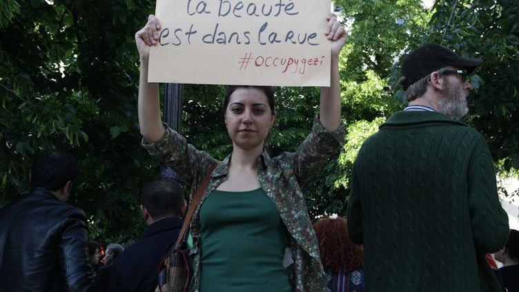 Ayça, 24 ans, assiste pour la première fois à un mouvement de cette ampleur en Turquie. Elle manifestait mardi 4 juin à Paris. (MARIE DESHAYES / FRANCETV INFO)