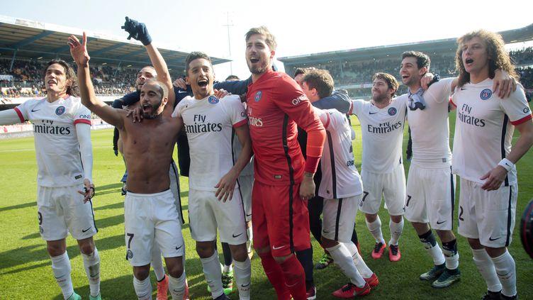 Les joueurs du PSG célèbrent le sixième titre du club