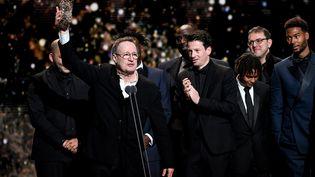 """Jean Labadie, distributeur, reçoit le Cesar du public pour """"Les Misérables"""" (2020) (BERTRAND GUAY / AFP)"""