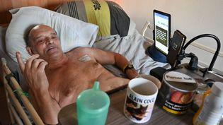 Alain Cocq alité chez lui à Dijon (Côte-d'Or), le 12 août 2020. (PHILIPPE DESMAZES / AFP)
