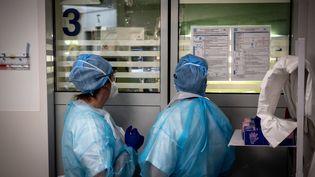 Dans l'unité de soins intensifs Covid-19 de l'hôpital Lyon Sud, à Pierre-Bénite, près de Lyon, le 7 avril 2021. Photo d'illustration. (JEAN-PHILIPPE KSIAZEK / AFP)