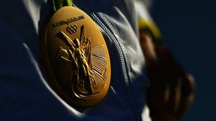 Une médaille d'or aux Jeux olympiques de Rio, le 11 août 2016. (CARL DE SOUZA / AFP)