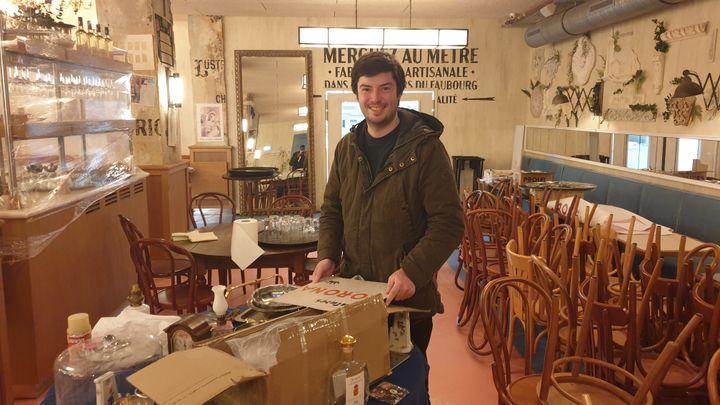 Kevin Caradeuc, le co-gérant de la Brasserie Rosie située dans le quartier Bastille (Paris), le 4 mai 2021. (CHARLES-EDOUARD AMA KOFFI / FRANCEINFO)
