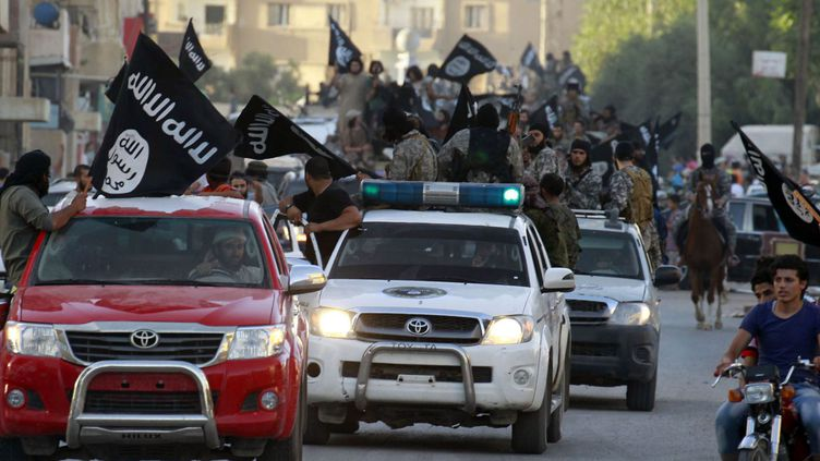 Défilé des combattants de l'Etat Islamique dans les rues de Raqqa, la «capitale» de l'organisation. (REUTERS / STRINGER)