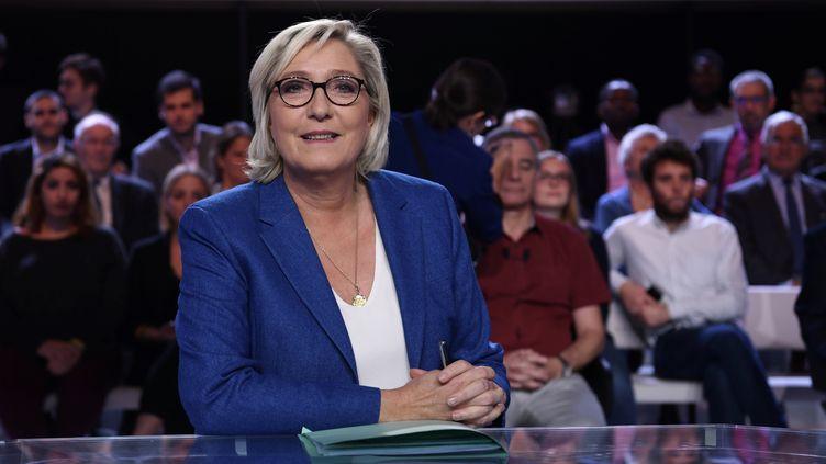 """Marine Le Pen sur le plateau de """"L'Emission politique"""" de France 2, le 19 octobre 2017. (PHILIPPE LOPEZ / AFP)"""