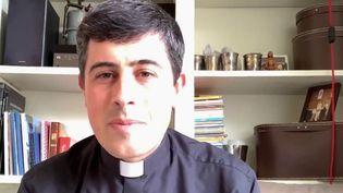 Alors qu'un sondage affirme jeudi 23 septembre que les Français croient de moins en moins en Dieu, France 2 s'est intéressée à ces prêtres influenceurs qui investissent les réseaux sociaux. (France 2)