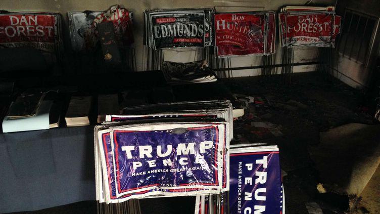 Du matériel de campagne endommagé aprèsqu'uncocktail Molotov a été lancé contre le local du parti républicain,  à Hillsborough, enCaroline du Nord (Etats-Unis), le 16octobre 2016. (JONATHAN DREW / AP / SIPA)