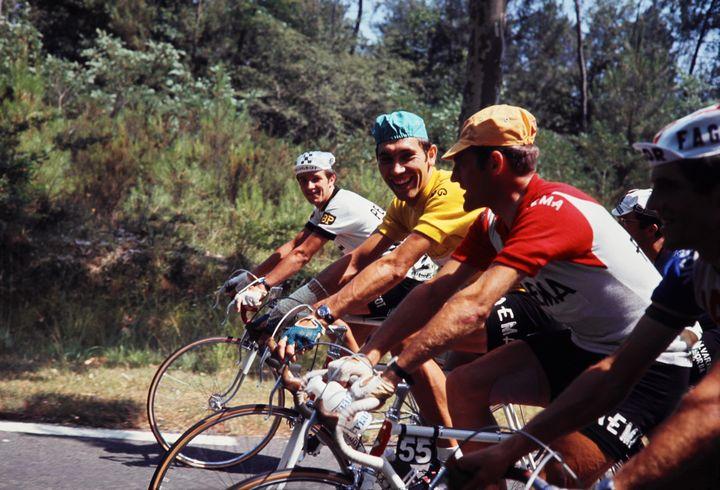 Le coureur belge Eddy Merckx, porteur du maillot jaune, entouré d'équipiers en tête du peloton sur l'étape entre Aubagne et la Grande Motte sur le Tour de France, le 11 juillet 1969. (AFP)