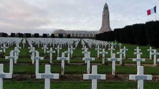 À quelques jours du 11 Novembre, qui célèbre l'armistice de la Première Guerre mondiale, beaucoup de Français font le choix en famille de se rendre à Verdun (Meuse), l'un des plus grands champs de bataille du conflit. 500 000 visiteurs y sont accueillis chaque année. (France 2)