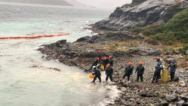 Opération de nettoyage au Chili le 29 juillet 2019, après le déversement de 40 000 litres de diesel au large de l'île Guarello (EPA/MAXPPP)