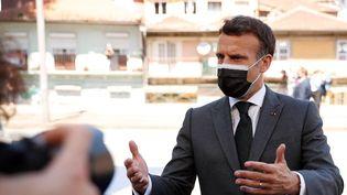 Emmanuel Macron s'adresse à la presse à son arrivée au sommet européen à Porto, au Portugal, le 7 mai 2021. (FRANCISCO SECO / AFP)