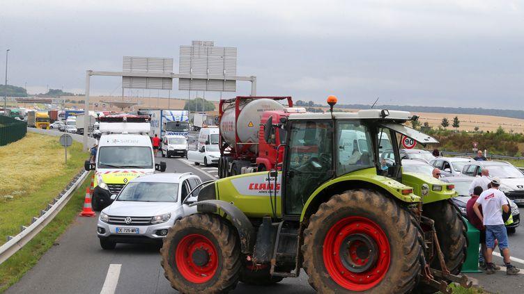 Des éleveurs bloquent l'autoroute A29 près d'Amiens (Somme), le 21 juillet 2015. (FRANCOIS NASCIMBENI / AFP)