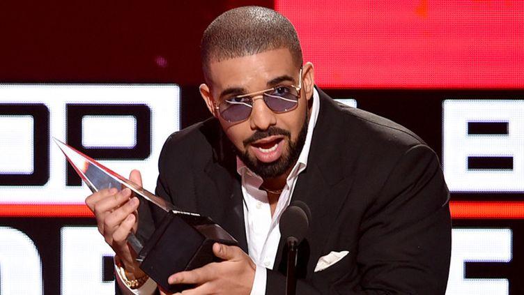 """Drake reçoit une récompense pour l'album """"Views"""", en catégorie rap/hip hop, le 20 novembre 2016 à Los Angeles  (Kevin Winter / Getty Images / AFP)"""