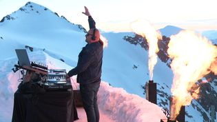 Le dj Niklaasen concert à 3300 mètres d'altitude à L'Alpe d'Huez. (FRANCE 3 / CAPTURE D'ECRAN)