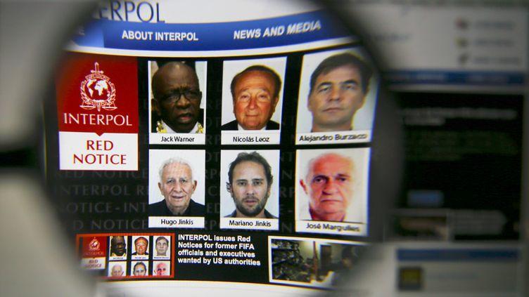 Une photo de la page d'accueil d'Interpol montrant, le 3 juin 2015, les fugitifs recherchés dans le cadre du scandale qui touche la Fifa. (PAWEL KOPCZYNSKI / REUTERS)