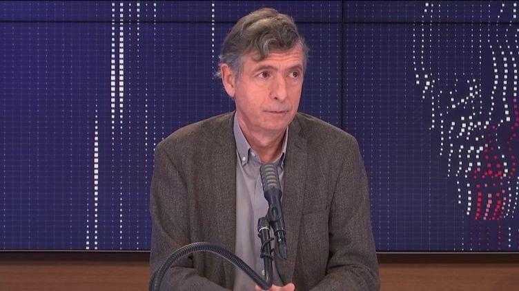 """Eric Caumes,chef du service des maladies infectieuses et tropicales à l'hôpital de la Pitié-Salpêtrière, était l'invitédu """"8h30 franceinfo"""", samedi 9 janvier 2021. (FRANCEINFO / RADIOFRANCE)"""