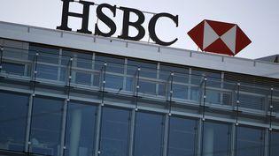 Le logo de la banque HSBC sur un bâtiment à Genève (Suisse), le 9 février 2015. (PIERRE ALBOUY / REUTERS)