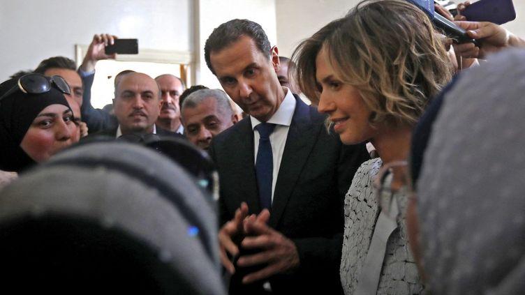 Le président syrien, Bachar Al-Assad, le 26 mai 2021 dans un bureau de vote de Douma (Syrie). (LOUAI BESHARA / AFP)