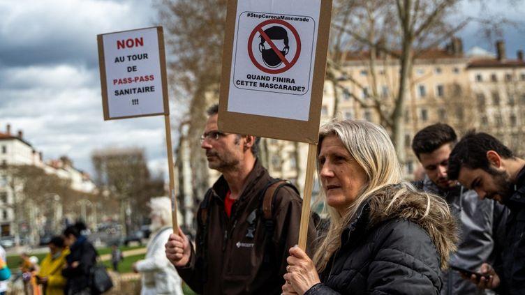 Une manifestation anti-masque, le 13 mars 2021 à Lyon (Rhône). (NICOLAS LIPONNE / HANS LUCAS / AFP)