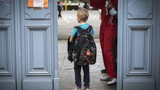 Pour les élèves, la rentrée scolaire doit débuter le mardi 1er septembre. Photo d'illustration. (LIONEL BONAVENTURE / AFP)