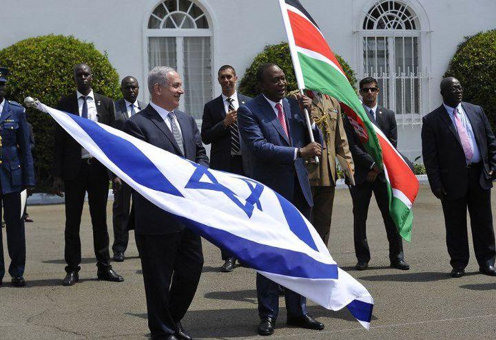 Drapeaux israélien et kenyan lors de la visite de Benjamin Netanyahu à Nairobi en 2016. Le Kenya est un des Etats africains les plus ouverts à la diplomatie israélienne en Afrique. (SIMON MAINA / AFP)