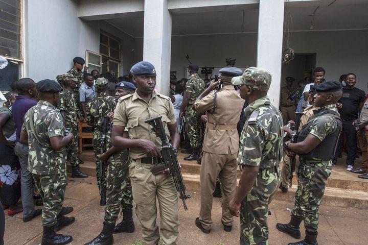 Police en arme montant la garde pendant que le Pasteur Bushiri comparaît devant le Tribunal magistral du Malawi. Lilongwe, le 19 novembre 2020). (AMOS GUMULIRA / AFP)
