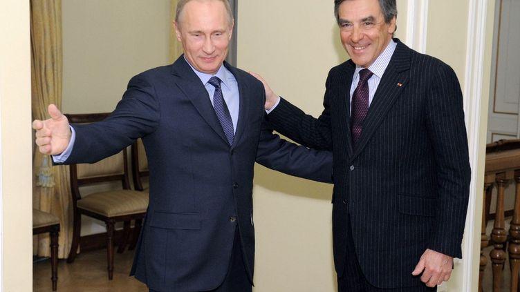 Le président russe Vladimir Poutine et l'ancien premier ministre François Fillon, le 21 mars 2013 à Moscou (Russie). (ALEXEY DRUZHININ / RIA-NOVOSTI / AFP)