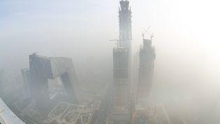 Des gratte-ciel dans un nuage de pollution à Pékin (Chine) le 20 décembre 2016. (LU GANG / IMAGINECHINA / AFP)