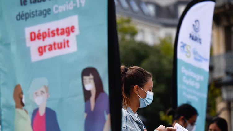 Une tente de dépistage du Covid-19 installée sur le parvis de l'Hôtel de Ville, à Paris, le 31 août 2020. (JULIEN MATTIA / ANADOLU AGENCY / AFP)