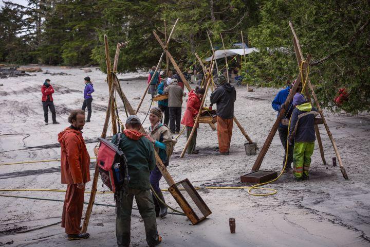 Sur le chantier de fouilles de l'île Triquet, la terre prélevée à deuxmètres de profondeur est passée au tamis dans l'espoir de trouver destraces de vie humaine. (Grant Callegari / Hakai Institute)