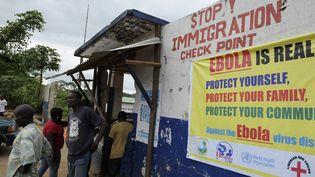 Des soldats libériens contrôlent la population à Bomi County (Liberia) pour lutter contre la propagation du virus Ebola, le 11 août 2014. (REUTERS)