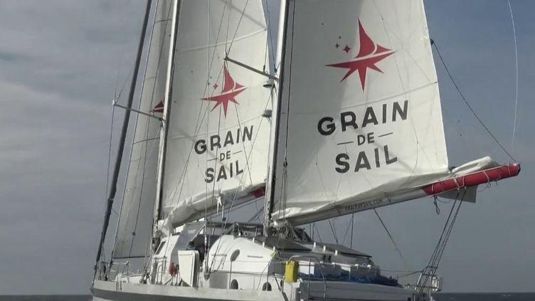Grain de Sail,le premier cargo à voile moderne, navigue au large des côtes bretonnes. Ilpartira de Saint-Malo pour livrer du vin bio à New York. (CAPTURE ECRAN FRANCE 2)