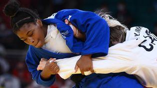 La FrançaiseSarah Leonie Cysique a souffert mais abattu la CanadienneJessica Klimkait, pour s'ouvrir les portes de la finale en -57kg, aux Jeux olympiques de Tokyo, le 26 juillet 2021. (FRANCK FIFE / AFP)
