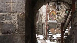 Un village italien, à l'ombre tout l'hiver, se démène pour avoir quelques minutes de soleil. (FRANCE 2)