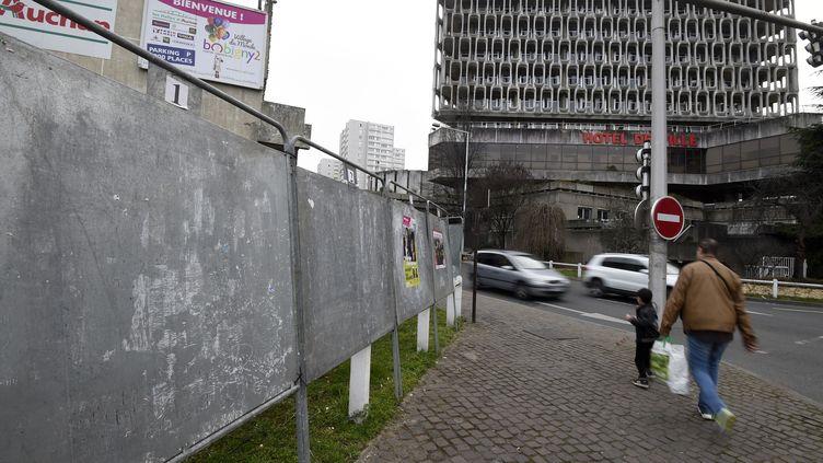 Une photo prise devant l'hotel de ville de Bobigny montre les panneaux électoraux pour les élections départementales le 13 mars 2015. (DOMINIQUE FAGET / AFP)